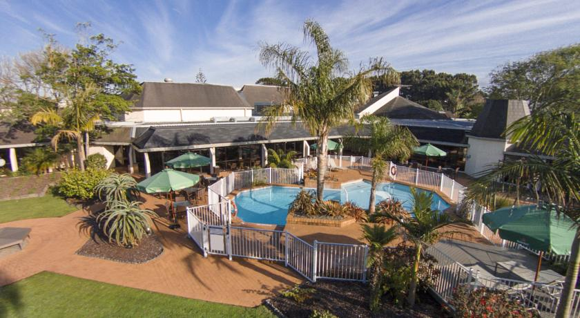 Relax around the pool at the Holiday Inn Auckland Airport