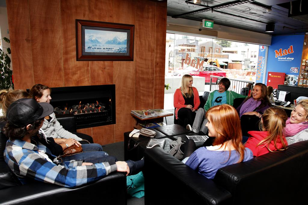 Booking.com - The spacious lounge area at Nomads Queenstown Backpackers