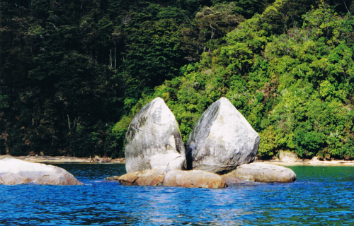 Split Apple Rock, between Kaiteriteri and Marahau